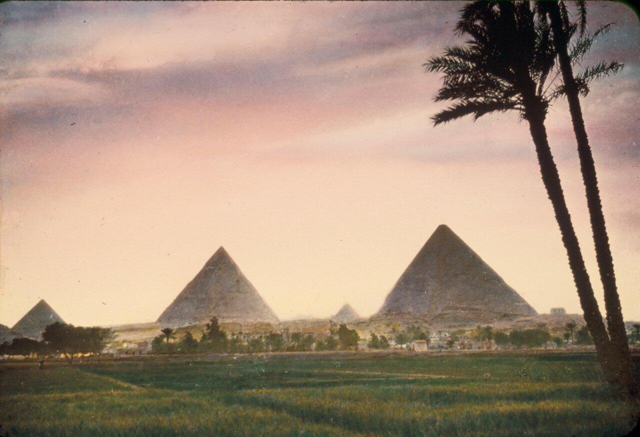 Гиза. Пирамиды на фоне заката. 1950