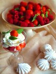 клубника. фрукты. лето.  Клубника и малина со сливками. малина.