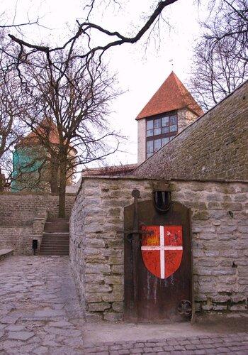 Красный флаг с белым крестом