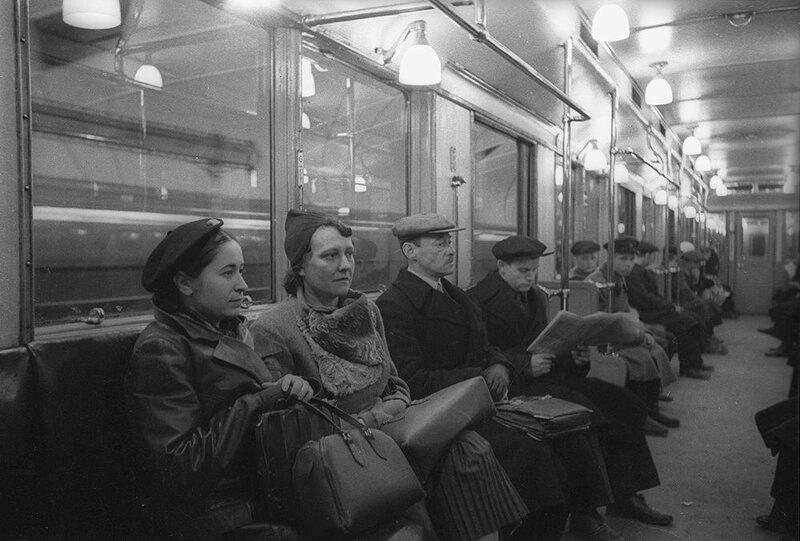 В вагоне метро, 1937 год