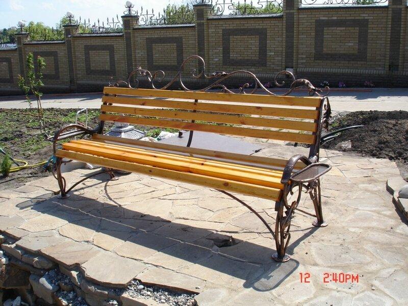 Кованые скамейки, как и любая другая кованая садовая мебель украсят собой любое окружающее пространство...