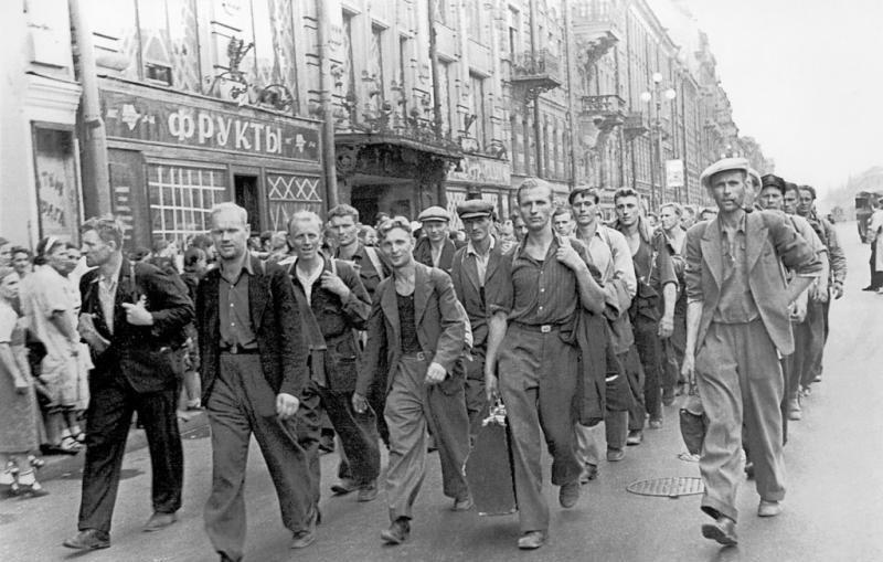 Август 1941 г. Эстонские бойцы на проспекте 25-го Октября..jpg