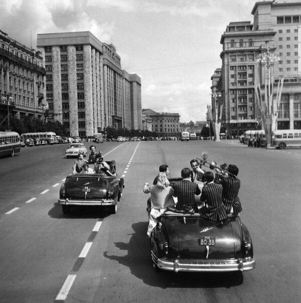 Фестиваль молодежи и студентов. На улицах Москвы. Автор Трахман Михаил, 1957.jpg