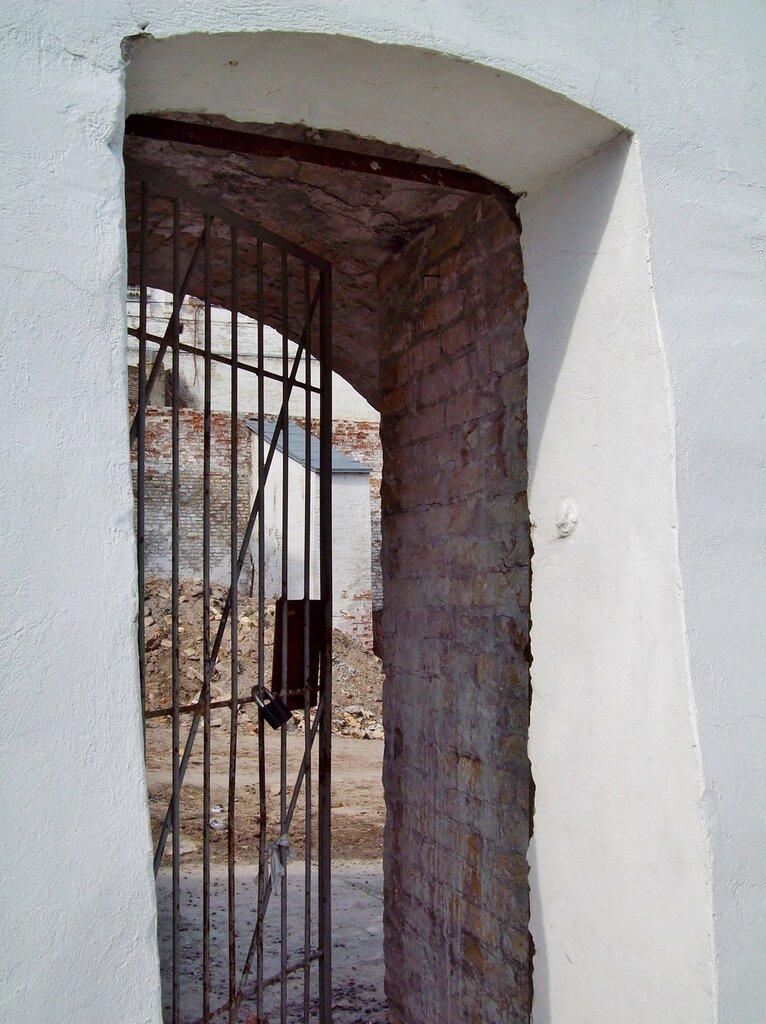 дверь в крепостной стене
