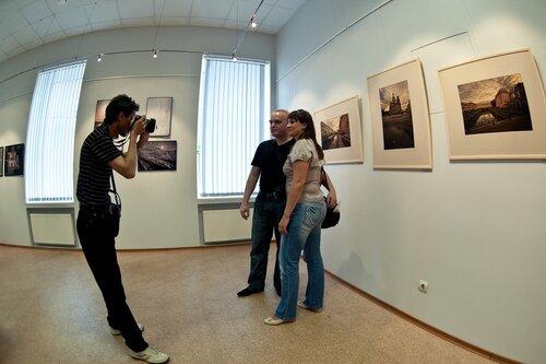 Фотографируя фотографа, фотографирующего фотографов на фоне фотографий