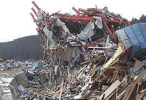 Через четыре месяца после цунами в Японии разобрано около 30% завалов