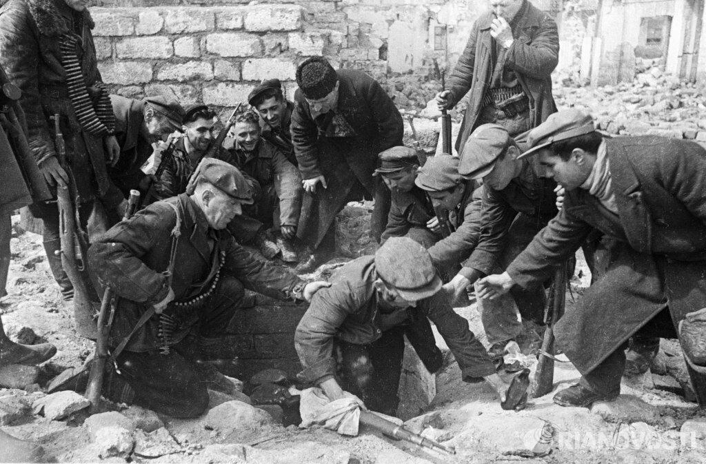1944. Партизаны выходят из катакомб