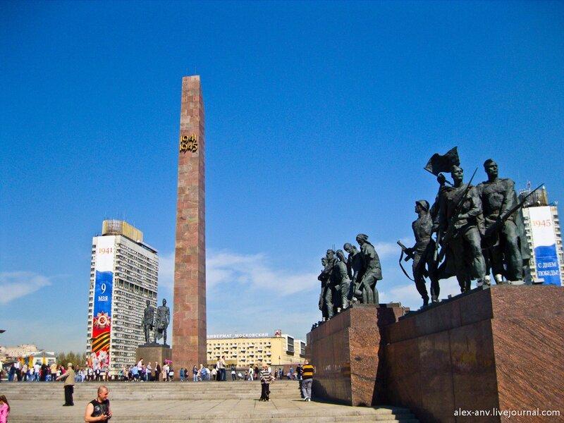 С обоих сторон стелы расположены скульптуры, посвящённые защитникам города.