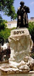 """Памятник Гойе у бокового входа в музей """"Прадо"""" Мадрид."""