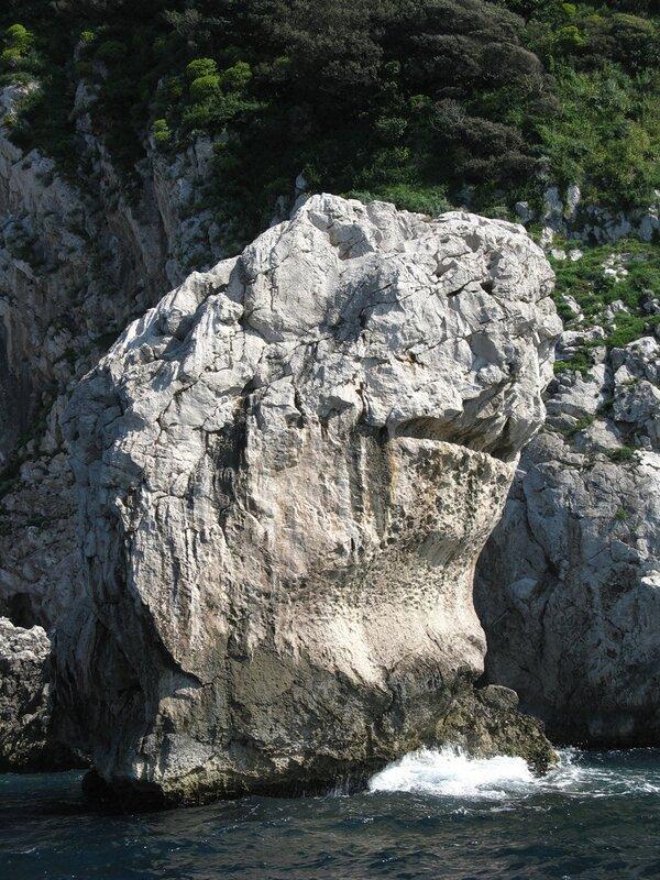 На катере вдоль скал острова Капри