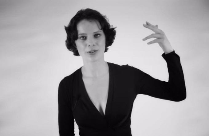 Видео: женщина поет две разные ноты одновременно