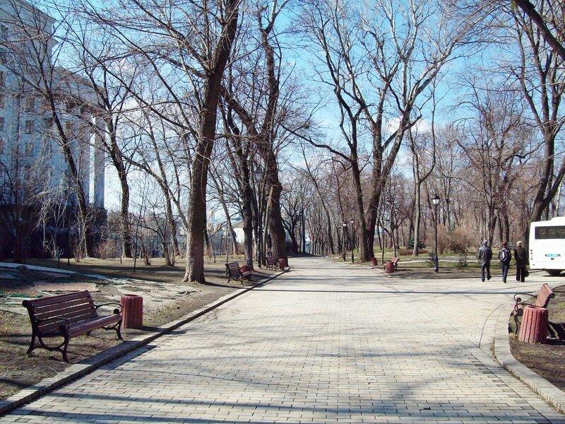 Аллея Мариинского парка напротив Кабмина
