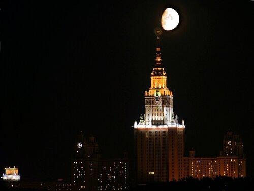 Луна зацеписась за шпиль