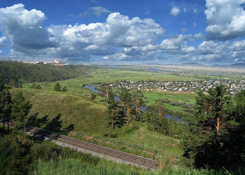 Вид на Улан-Удэ и железная дорога в Монголию.