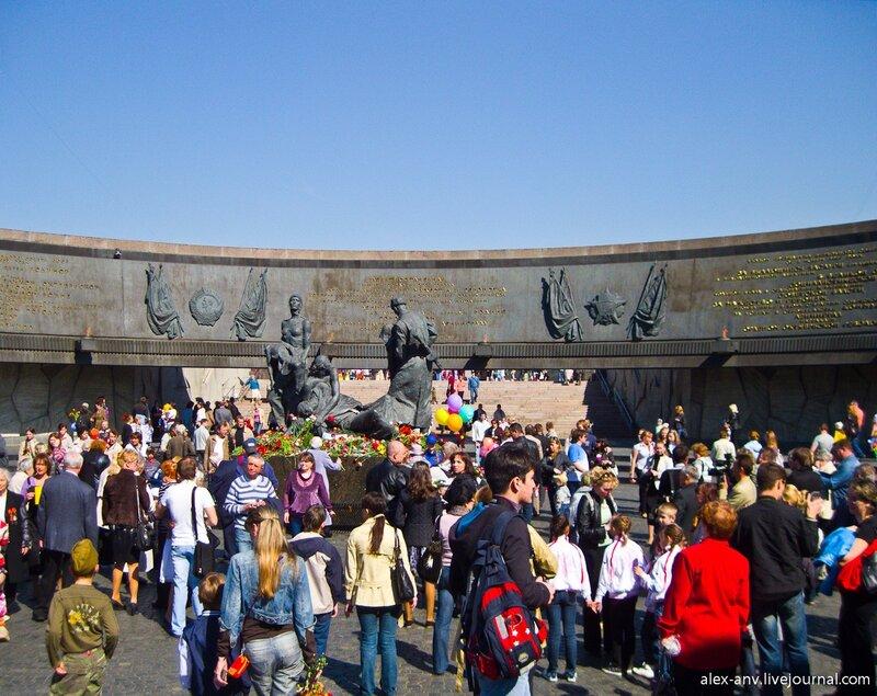 На площади очень много народу.