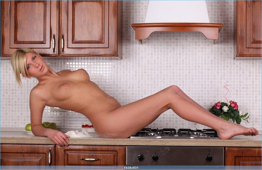 Блондинка измазалась в муке на кухне (18 фото)