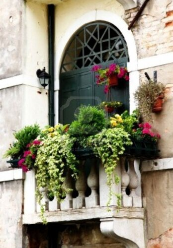Данной цели можно добиться, если: * заказать легкую садовую мебель и жалюзи; * обновить или сменить балконные ящики...