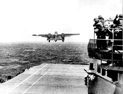 B-25 взлетает с палубы авианосца «Хорнет» 18 апреля 1942 года