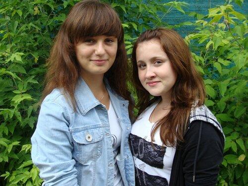 Активистки районного молодежного актива Кристина Бардина и Ксения Денищенко