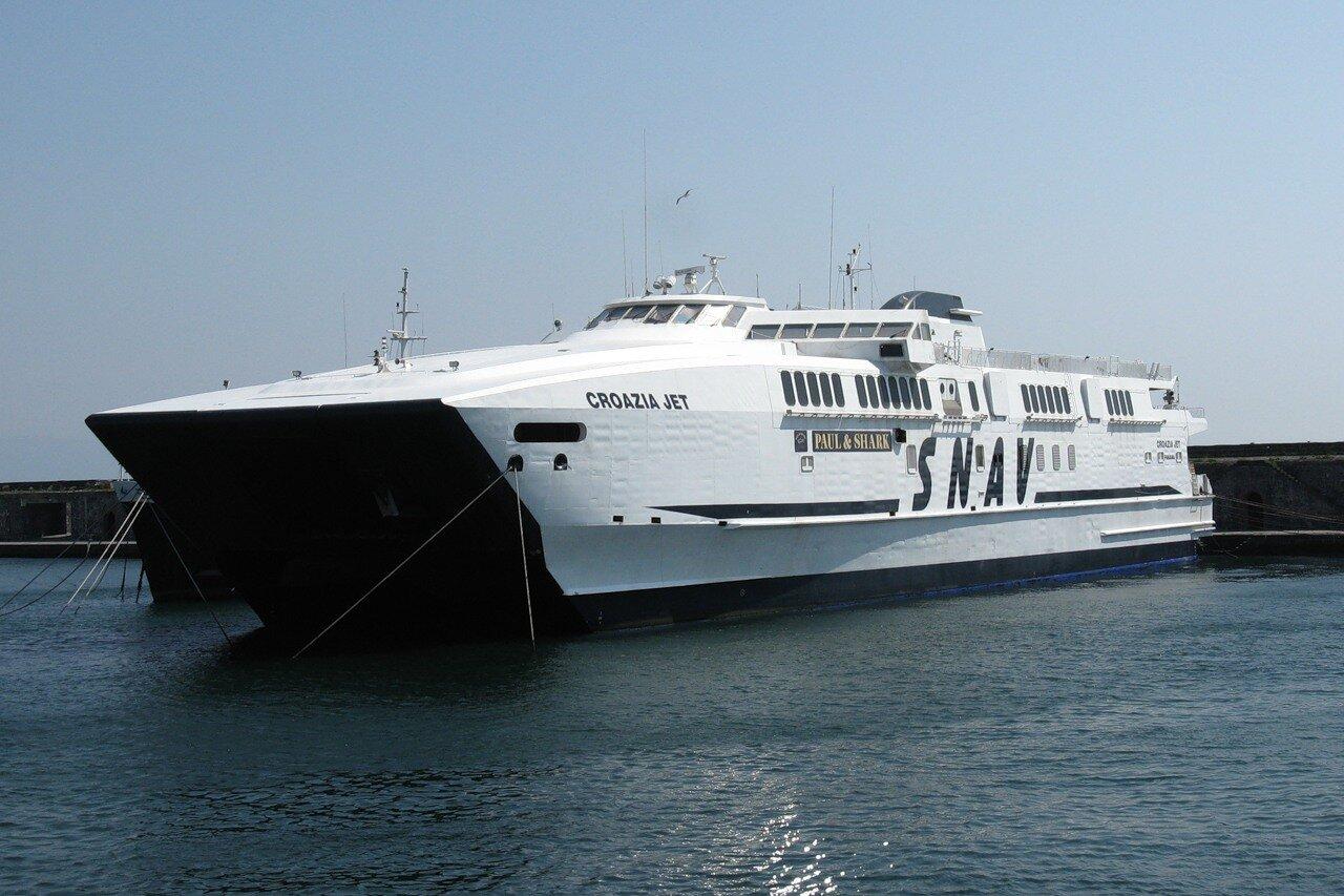 Неаполь. Морской порт. Скоростной теплоход  SNAV Croazia jet