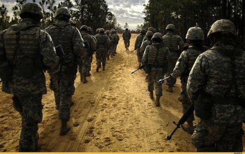 Показательный марш американских военных на открытии учений