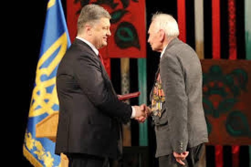 Порошенко вручил государственные награды военным летчикам – участникам АТО