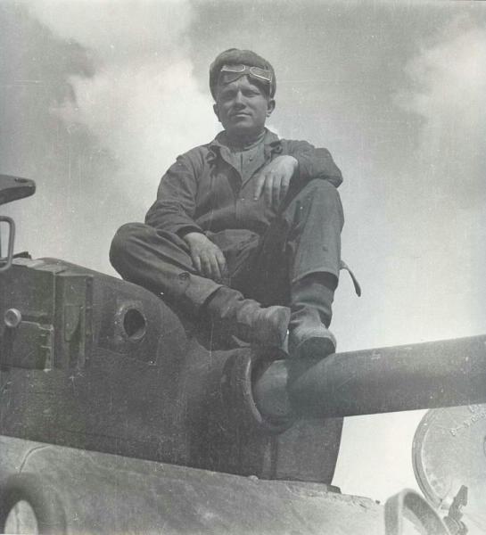 Танкист Саша Петров на поверженном немецком танке в Австрии.jpg