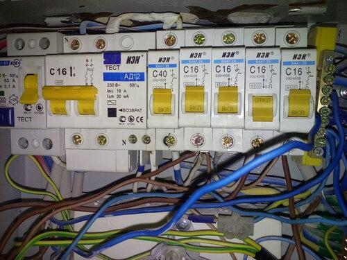 Срочный вызов электрика аварийной службы в квартиру из-за короткого замыкания в розеточной группе