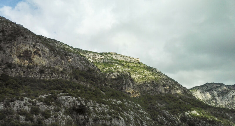 Крепость на вершине горы