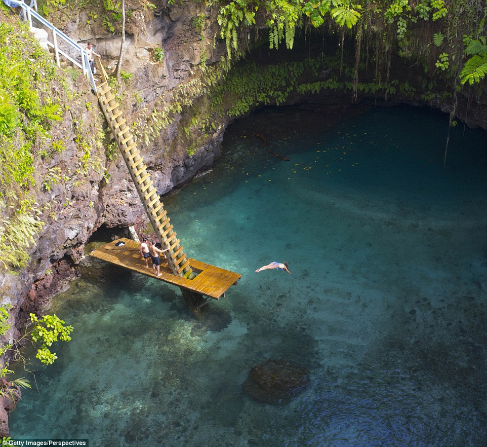 Невероятная океанская впадина Суа на вулканическом острове Уполу в Самоа — 30 метров в глубину. По с