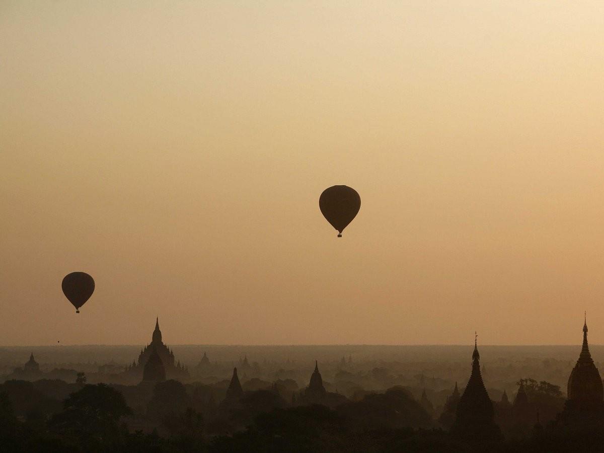 94. Полетайте на воздушном шаре над Баганом, Мьянма.