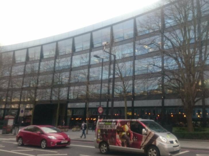 Снаружи офис Expedia ничем не отличается от зданий других офисов в Лондоне.