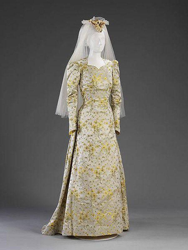 50. 1941 г. Англия. Во время Второй мировой войны в Европе многие невесты шили платья из той материи