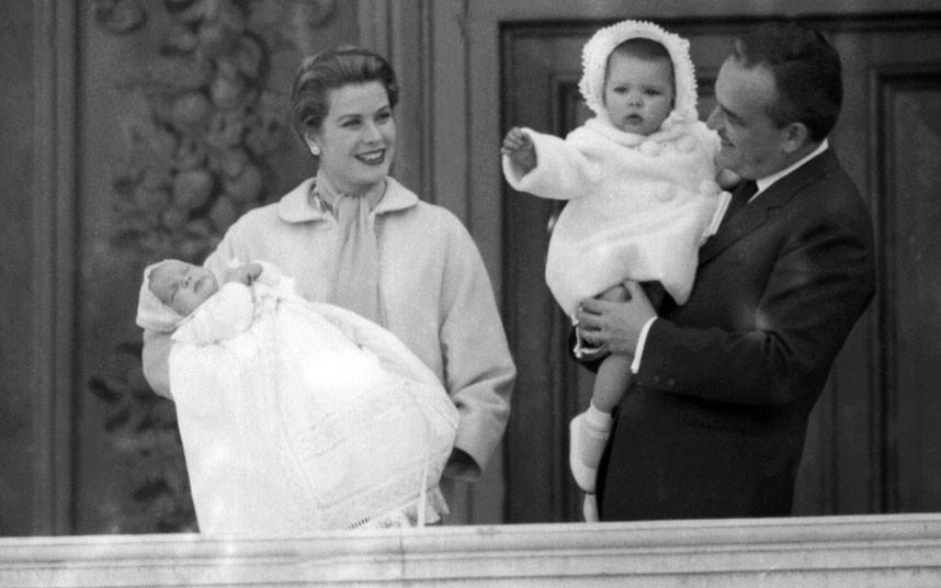 19 апреля 1958 года. Князь Монако Ренье III держит на руках принцессу Каролину. Вместе со своей жено