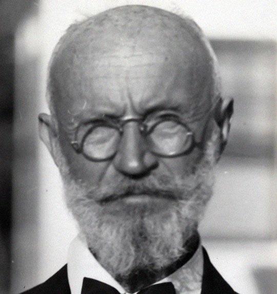 В 1930 году Танцлер работал техником в военном госпитале во Флориде, США. Сам себя он называл графом