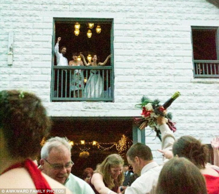 Похоже, жениху никто не сказал, что букет незамужним девушкам должна кидать невеста.