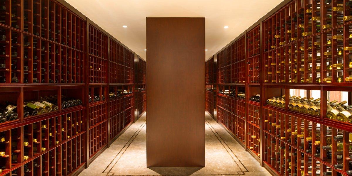 Интерьер особняка поражает воображение, особенно винный погреб, настолько огромный, что, кажется, та