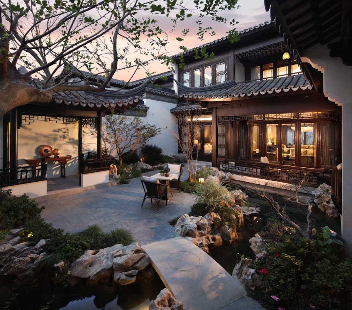 На улице много пространства для отдыха и несколько двориков.