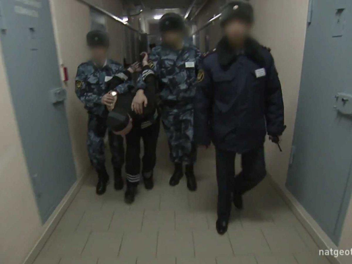 Когда осужденные выходят из камеры, они должны идти, сильно нагнувшись, с руками за спиной.