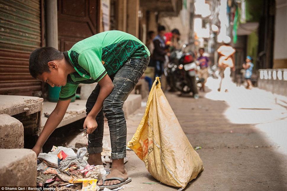 10-летний Асиф разглядывает мелкий электронный мусор в поисках ценных компонентов.