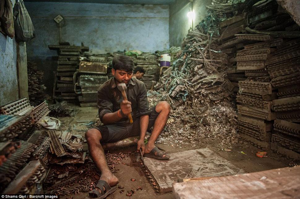 Рамчаран и его друг Хариш работают в лавке металлолома после сбора металла из выброшенной техники.