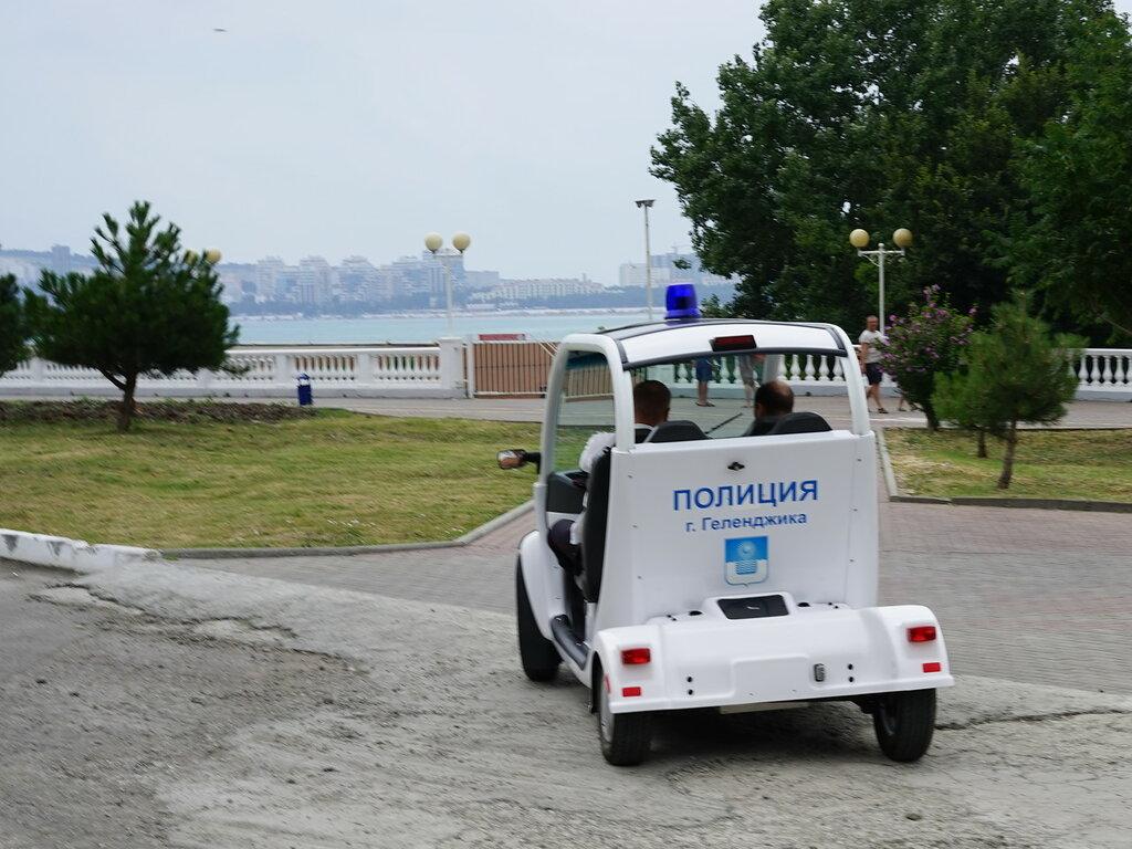 Геленджик. Электромобиль полицейских на набержной.