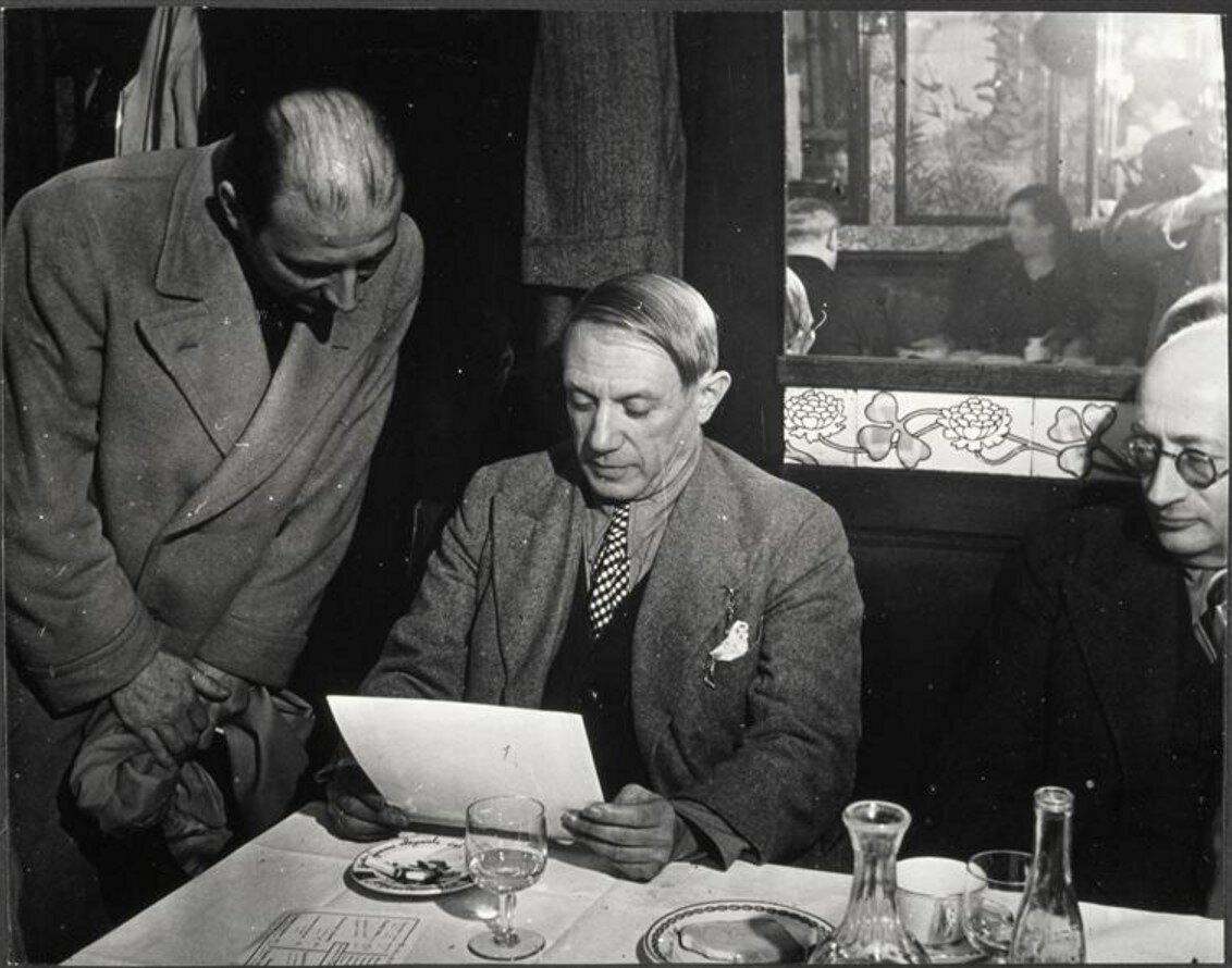 1930-е. Пикассо с Матиссом и П. Липпом в «Кафе де Флор»