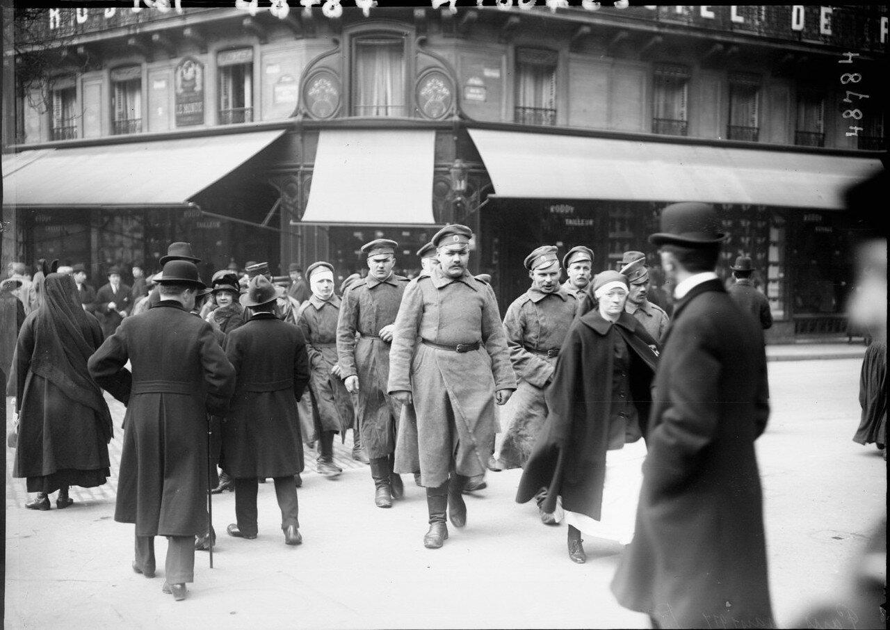 1917. Раненые российские военнослужащие на бульварах. Март
