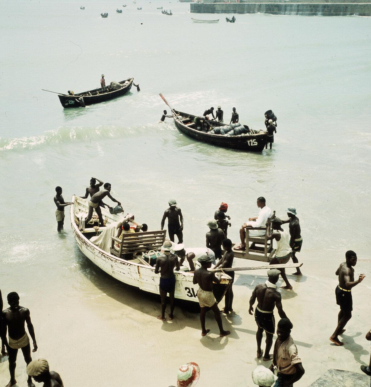 Погрузка и разгрузка прибойных шлюпок на берегу. 1 апреля