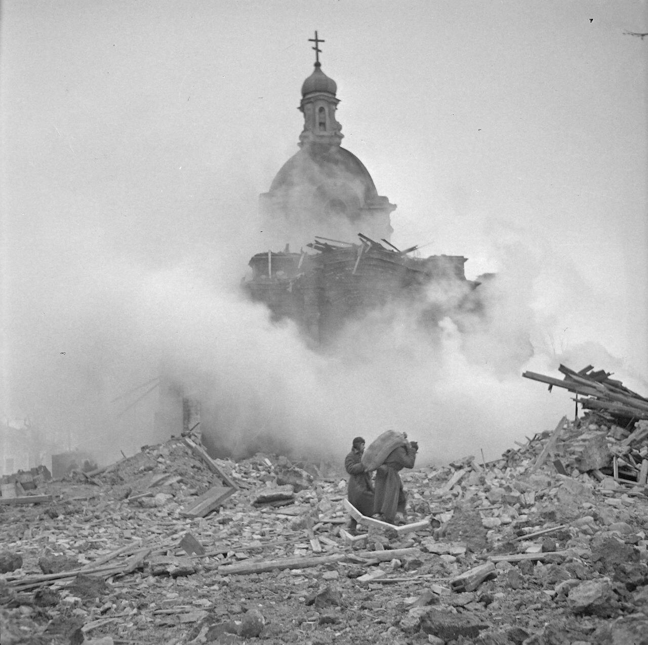 Солдаты ходят по развалинам российского города