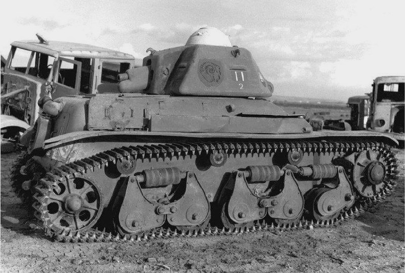 Танк Renault R-35 из захваченный войсками союзников на Сицилии. 1943 год.
