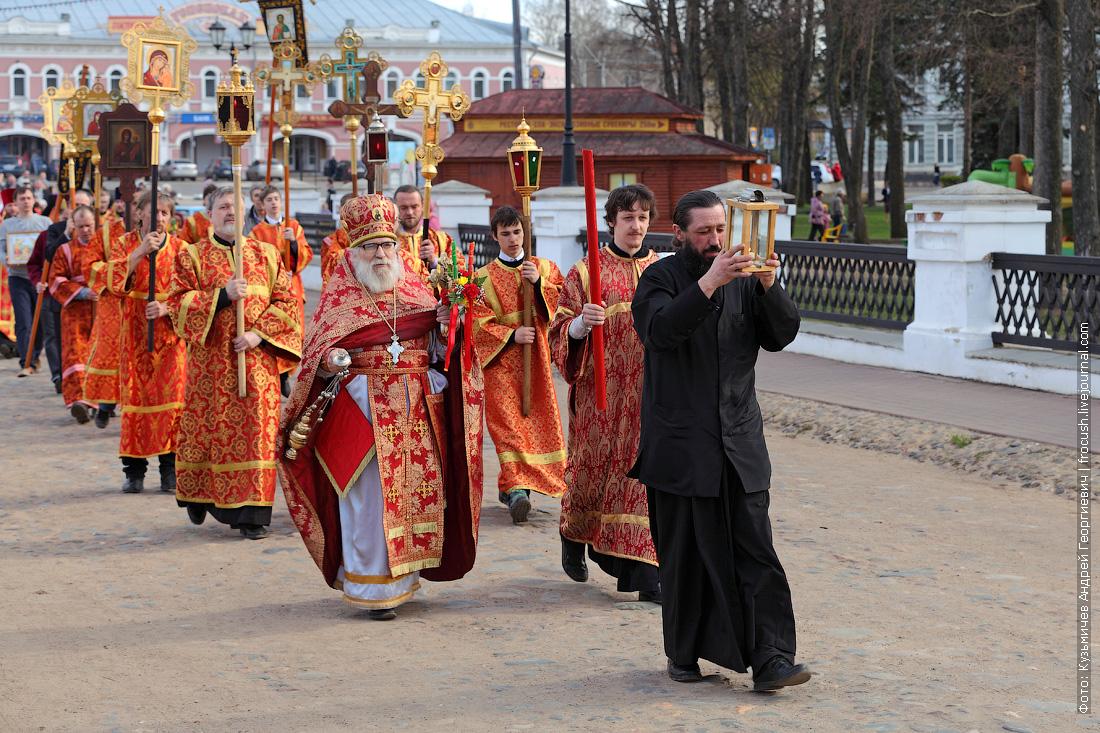 колонна верующих направилась вместе с частицей Благодатного огня в Спасо-Преображенский собор