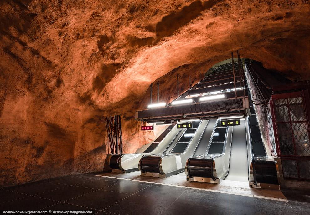 Раз с крышами не повезло, мы решили попробовать попасть в подземку, к тому же метрополитен в Ст