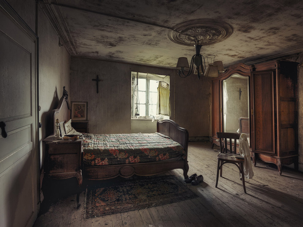15. Солидная деревянная кровать, чемодан и ботинки. Здесь явно живет какой-то призрачный обитат